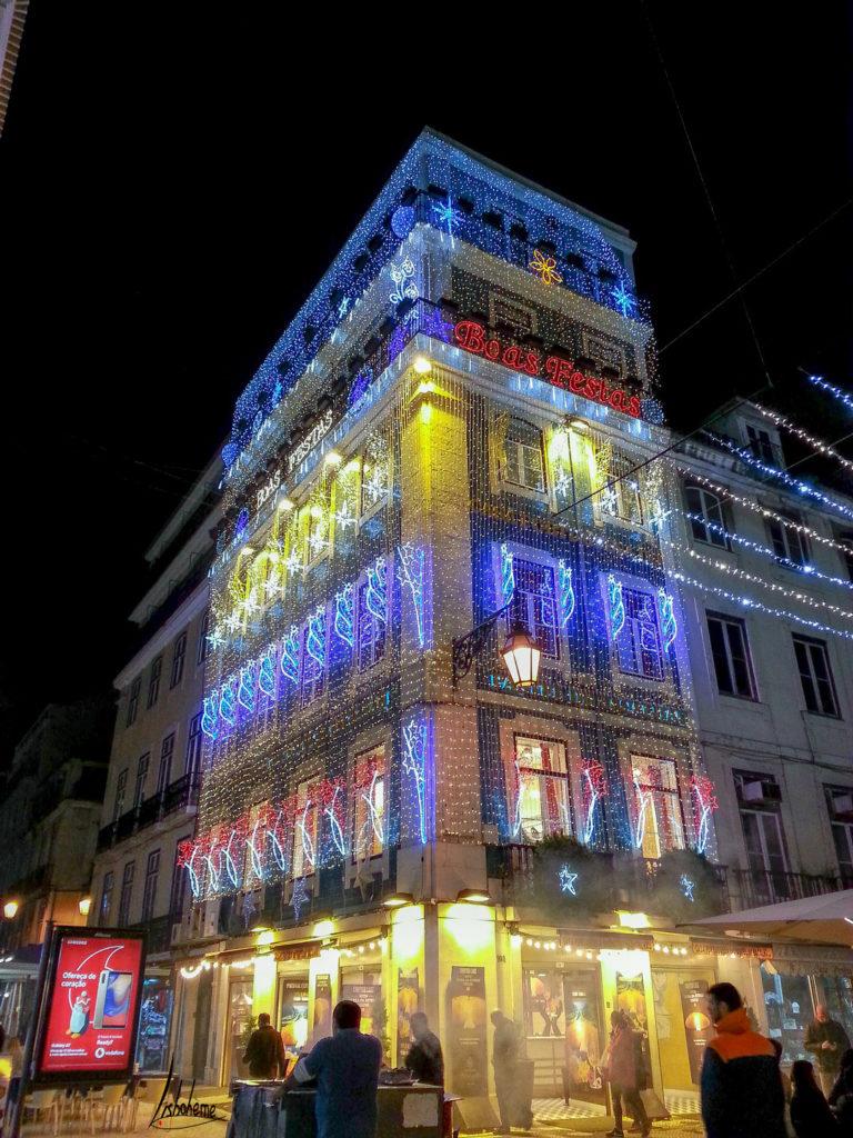 Façade illuminée dans la rue Augusta, Baixa, lumières de Noël de Lisbonne 2018