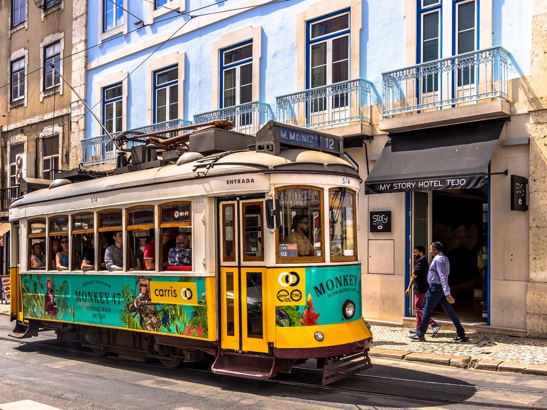 tramway jaune de Lisbonne Portugal