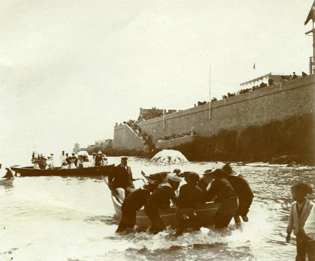 Arrivée du roi D. Carlos et de la reine Dona Amália à la plage de la Ribeira à Cascais, 1906, Júlio Worm, PT/AMLSB/ORI/000063